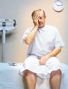 Острый простатит развивается стремительно, его сопровождают такие симптомы как нарушение мочеиспускания, острые боли в областях нижней части тела (от паха и заднего прохода до поясницы и ног)