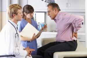 Движение конкрементов вызывает сильные боли в почках и уретре при мочеиспускании