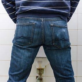 Сбои процесса мочеиспускания при ДГПЖ развиваются потому, что простата увеличивается в объеме и давить на просвет мочеиспускательного канала