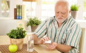 Принимать лекарство во время завтрака, запивая водой