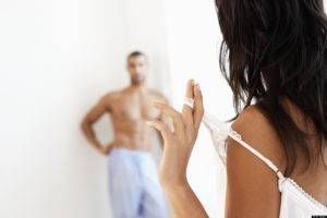 Совсем необязательно мужчине делать массаж самому, это вполне способна выполнить партнерша
