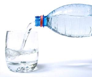За полчаса следует принять большое количество жидкости, воды или сока