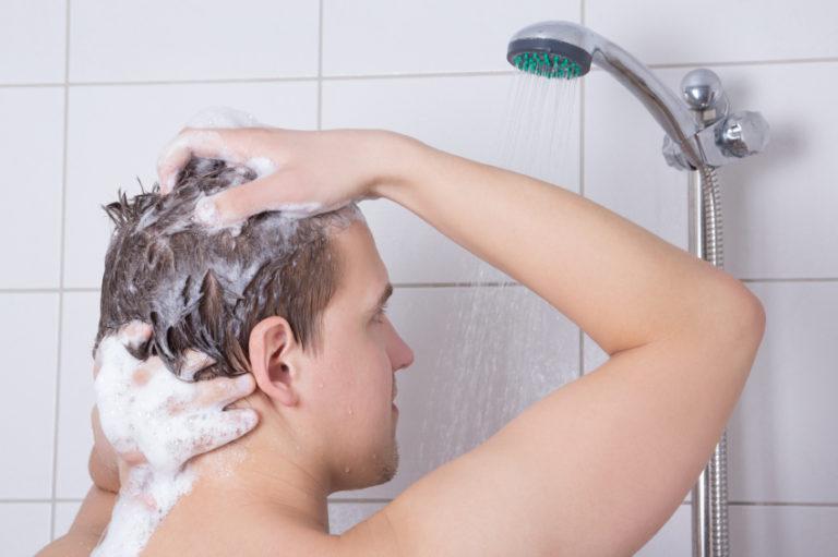 женщина моется а сын смотрит